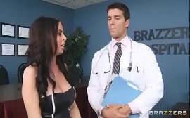 X vedeo médico boa pinta socando a rola com tudo em sua paciente mais gostosa em um porno gratis