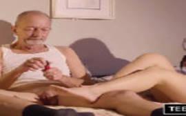 Avô safado comendo a sua netinha lindinha