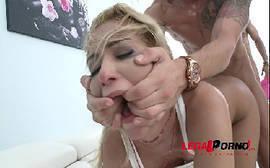 Cherry Kiss tomando rola de quatro com tudo em cima do sofá em um vídeo de sexo para o xhamster