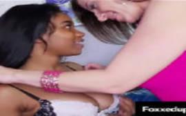 Coroa lésbicas pegando a menina novinha