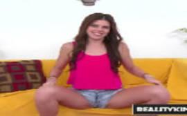 Eliana fudendo em cima do sofá em um puta video de putaria para o youporn