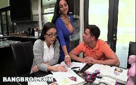 Escritório do sexo com as morenas peitudas querendo a rola do chefe em um video de sexo fodão
