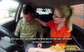 Fake táxi gostosa dando para o passageiro
