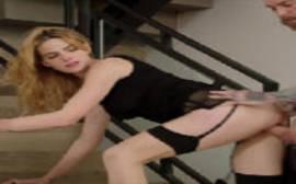 Fotos de meninas nuas com a loirinha de quatro na escada fazendo um filme porno