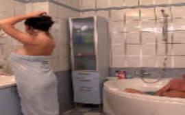 Garotão safado comendo a sua tia boazuda no banheiro