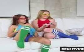 Incesto de novinhas irmãs que são lindas se pegando em um porno xxx