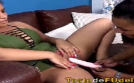 Loira peituda e seu consolo predileto em um belo porno carioca que ela fica toda arreganhada