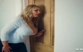 Mamãe safada atrás da porta escutando sua filha meter com o namorado