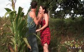 Metendo bem gostoso no meio do mato com uma morena bunduda da porra