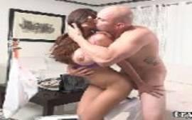 Mole pelada com o careca bem dotado torando essa gostosa em um video de sexo foda