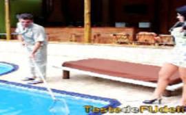 Morena com rabo enorme seduz casado safado que vai lavar a sua piscina no fim de semana