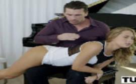 Pianista sem vergonha comendo gostoso a ninfetinha safada