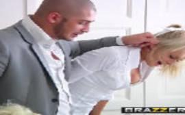 Porno com a loirinha colegial que adora um careca bem dotado da brazzers