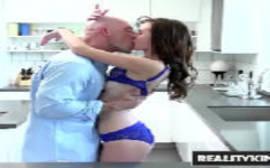 RealityKings com a morena fazendo um video de porno em hd com um careca bem dotado