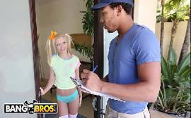 Riley Star novinha toda magrinha da buceta sem fundo trepando com o carteiro da fedex em um video de sexo