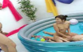 Sexo na piscina de bolinhas com as duas mulheres safadas