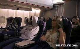 Sexo no avião com uma loira bem safada dando para um viajante