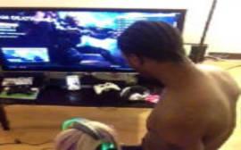 Sexo pornô negão coloca a loirinha safada para dar uma mamada boa na hora que ela estava jogando um vídeo game