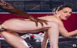 Tori Black morena safada transa com dois negros bem dotados em um sexo gostoso da porra
