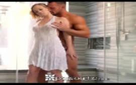 Vedeos porno da loira fodendo com um bombado bem dotado em um puta porno doido