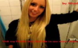Vendedora loirinha fazendo oral no banheiro da loja