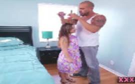 Video porno free dessa magrinha toda patricinha trepando com um careca bem dotado da porra