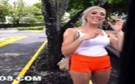 Videos pornis com a loira gostosa trepando dentro da van em um video de sexo
