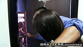 Brazzers com o careca bem dotado torando a morena gostosa dos peitos grandes