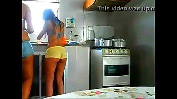 Caiu na net mãe e filha muito gostosas se exibindo na cozinha