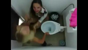 Caiu na net vídeo de novinhas brincando no banheiro