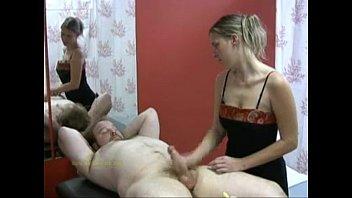 Loirinha massagista tocando uma pro cliente