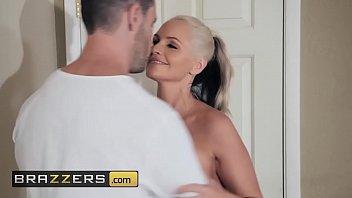 Porno da brazzers com loira safada fodendo deliciosamente escondida de seu pai em cima da cama