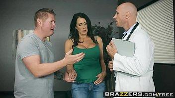 Porno estremo com o doutor careca fodenco sua paciente mais gostosa da brazzers em uma cena de sexo ardente