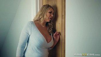 Xnxxx da loira safada escutando sua filha dando uma metida bem gostosa com o namorado bem dotado atrás da porta