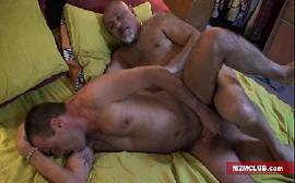 Aquele xvideos gay bem foda com o novinho dando o cu para um coroa viadinho da porra