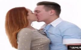 Beijo quente na ruiva novinha que é uma coisinha de outro mundo em uma boa cena de sexo que rola em seguida