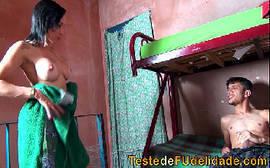 Comendo a prima gostosa na favela de baixo de uma belixe onde ela começa devorando com tudo a rola do primo