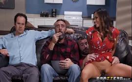 Filme de sexo2 com a morena casada sentando na pica do vizinho com tudo bem na frente de seu marido corno
