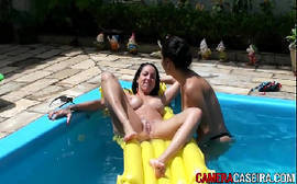 Gatas se pegando na piscina em um delicioso samba porno de lésbicas bem quentes