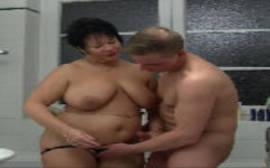 Gorda coroa safada dando para o amigo no banheiro