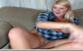 Loirinha com cara de santinha fica toda a vontade peladinha na frente da sua webcam