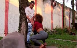 Mulata gostosa transando com amigo bem no meio do quintal do samba porno
