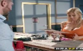 Mulher chupando o pinto do homem bem dotado em um vídeo de sexlog bem foda