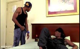 Negros gays bem baitolas se pegando em cima da cama onde rola uma boa sarrada entre eles