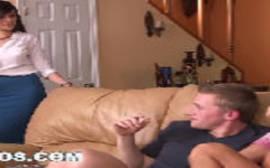 Sexo na sala com mãe gostosa e filhinha delicioso em um puta porno em grupo de três