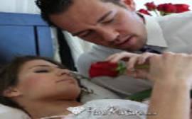 Videos de pono com o homen romântico dando flores para a novinha para conseguir comer ela