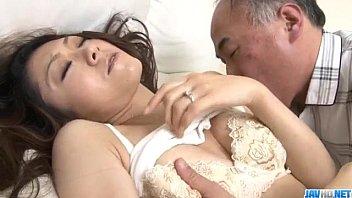 Coroa tarado comendo a sua netinha japonesa em um puta vídeo de putarias incestuosas