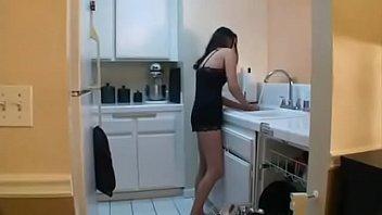 Gostosas transando com o cara playboy da porra seduzindo a morena deliciosa no meio da cozinha
