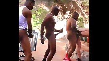 Loira Favelada de quatro fazendo boquete no pau grande dos mulatos