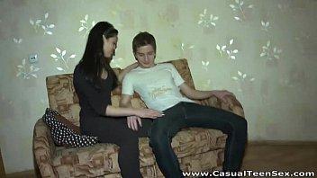 Magrinha adolescente gravou a transa com o namorado dotado
